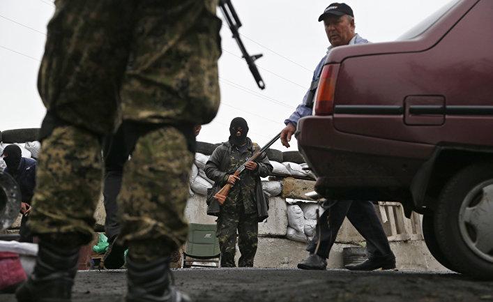 Пророссийские боевики осматривают автомобили в Славянске