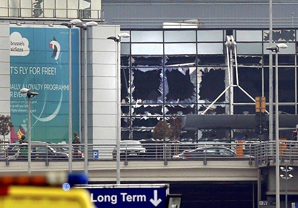 Разбитые окна на месте взрывов в аэропорту в Брюсселе