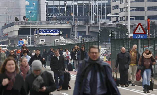 Люди покидают территорию аэропорта в Брюсселе
