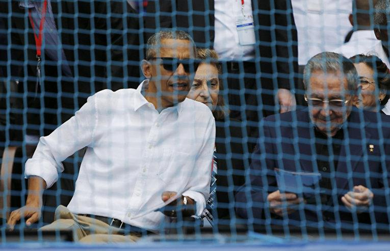 Президент США Барак Обама и президент Кубы Рауль Кастро присутствуют на бейсбольном матче