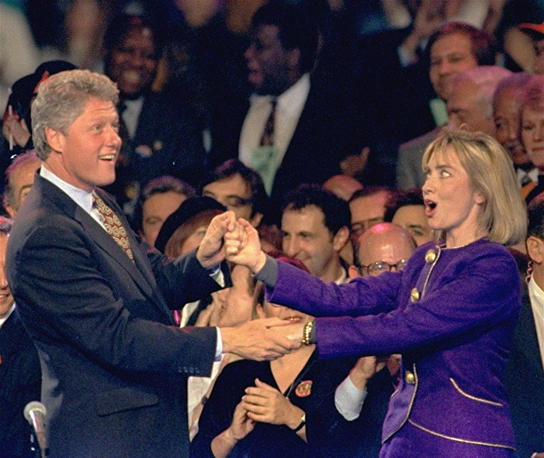 Билл и Хиллари Клинтон танцуют во время предвыборной гонки в 1992 году