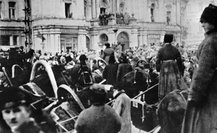 Люди на улицах Киева в первые дни Великой Октябрьской революции в 1917 году