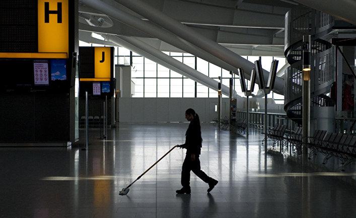 Уборщик в аэропорту Хитроу в Лондоне