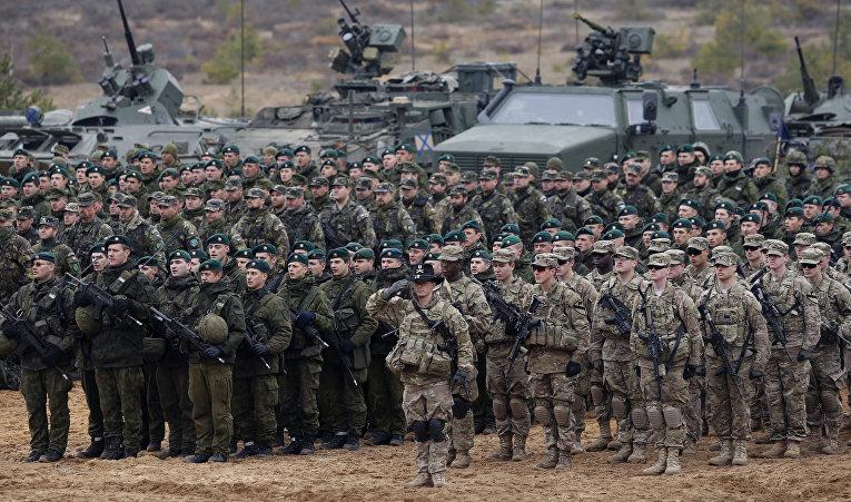 Литовские (слева) и американские солдаты во время учений НАТО Iron Sword 2014 неподалеку от Вильнюса