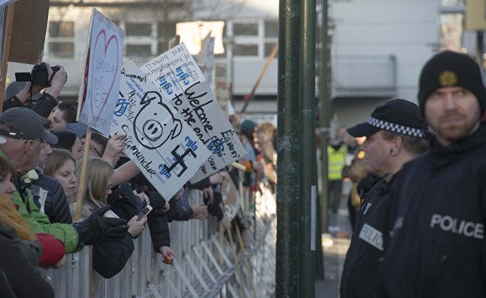 Протестующие выступают против премьер-министра Исландии Сигмюндюра Давида Гюннлёйгссона