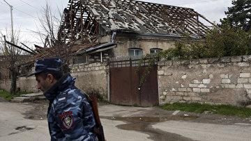 Дом в районе Мардакерта, пострадавший от обстрелов в результате конфликта в Нагорном Карабахе