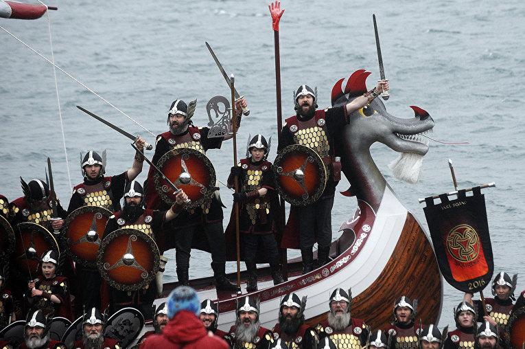 Участники ежегодного фестиваля викингов. Шетландские острова,