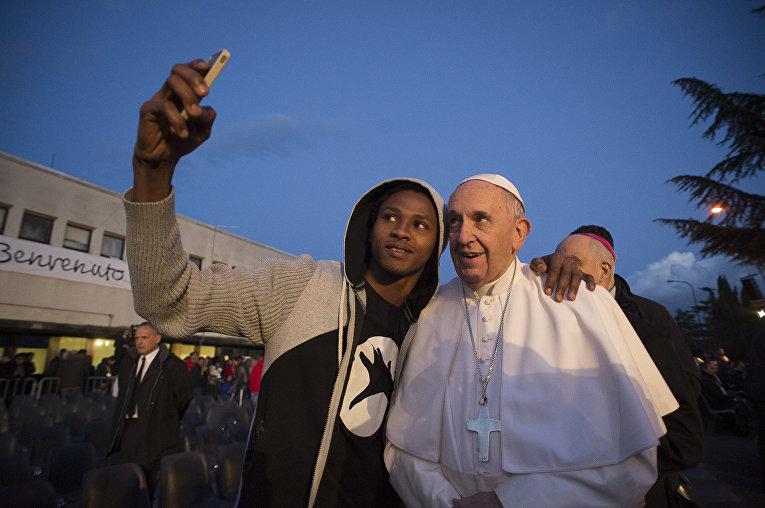 Папа Римский Франциск посетил лагерь для беженцев в Кастельнуово-ди-Порта недалеко от Рима