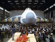 Строители авиаконструкторского бюро им. О. Антонова на митинге перед выходом нового сверхтяжелого транспортного самолета АН-225 «Мрия» на лётное поле