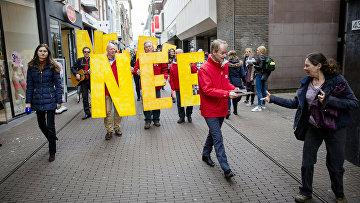 Нидерландский политик Гарри ван Боммел из социалистической партии агитирует людей на улице в Гааге против референдума об ассоциации ЕС с Украиной