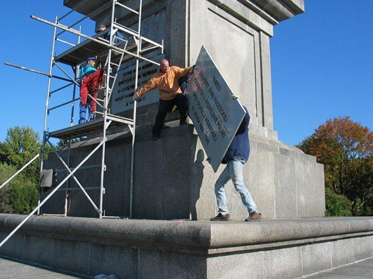 Замена информационного табло на одном из памятников в Варшаве