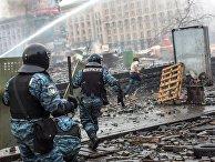 19 февраля 2014 года. Сотрудники правоохранительных органов во время столкновений с митингующими на площади Независимости в Киеве