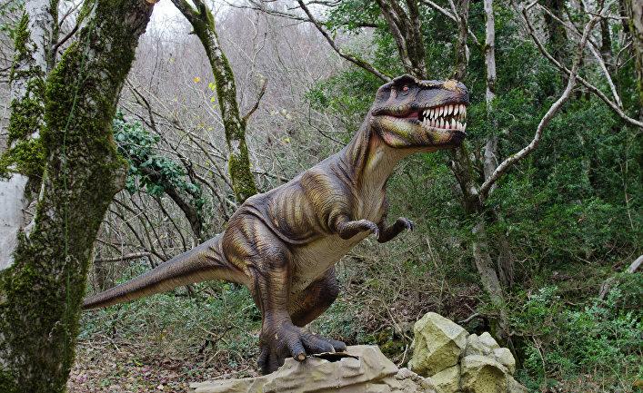 """Динозавры в Государственном заповеднике """"Сатаплия"""" около города Кутаиси в Грузии."""