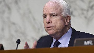Председатель сенатского комитета по делам вооруженных сил Джон Маккейн во время слушаний на Капитолийском холме в Вашингтоне