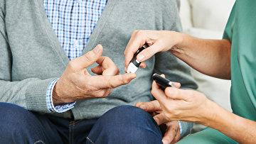 Измерение глюкозы в крови у больного сахарным диабетом