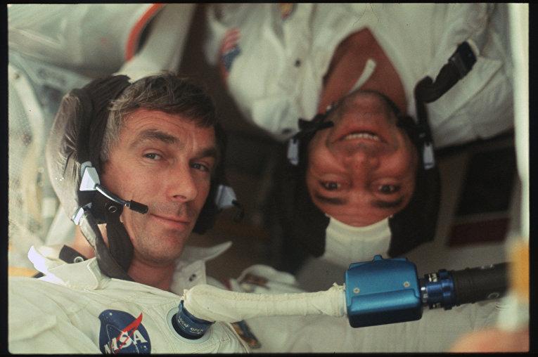 Миссия «Аполлона-17»: Сернан (слева) и Эванс в командном модуле. Снято на пути к Луне