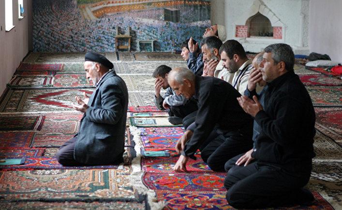 Верующие в комплексе Джума-мечеть в Дербенте, Дагестан