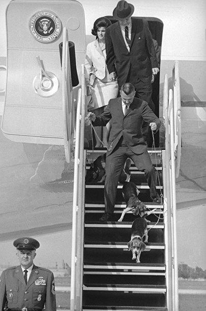 Президент Линдон Джонсон с семьей выходят из самолета