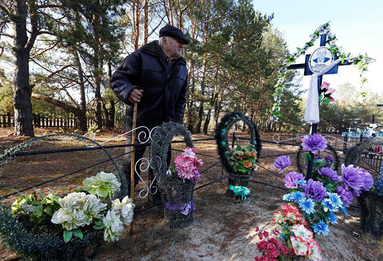 Иван Шаменок на могиле своего брата в зоне отчуждения Чернобыльской АЭС
