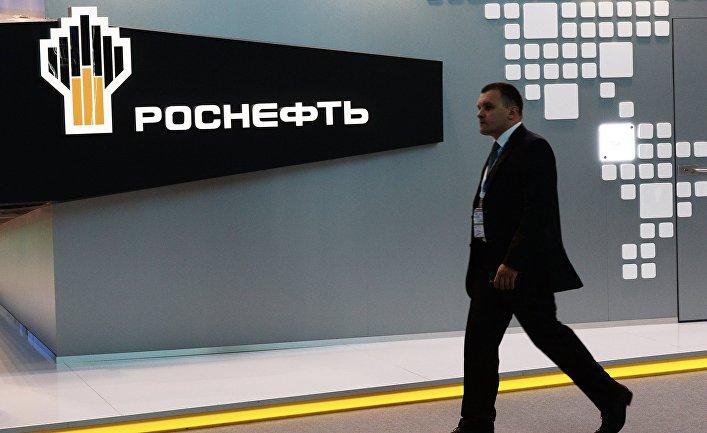 Посетитель проходит у павильона компании «Роснефть» на XIX Петербургском международном экономическом форуме.