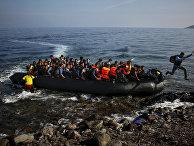 Афганские мигранты прибыли на пляж греческого острова Лесбос