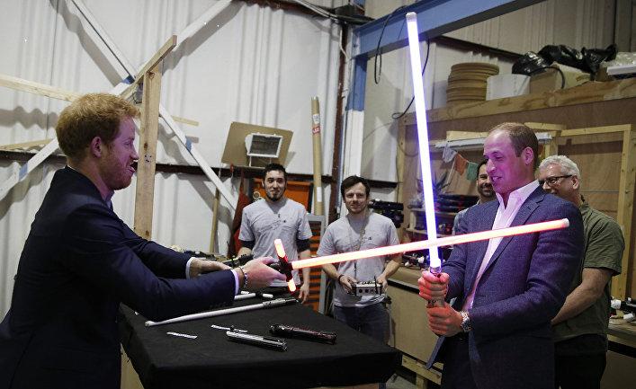 Принц Гарри и принц Уильям посетили съемочный павильон фильма «Звездные Войны»