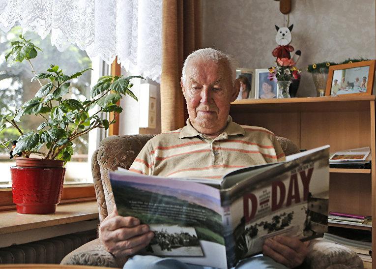 Ветеран Второй мировой войны Павел Гольц читает книгу
