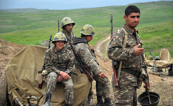 Военнослужащие армии обороны Нагорного Карабаха на первой линии обороны