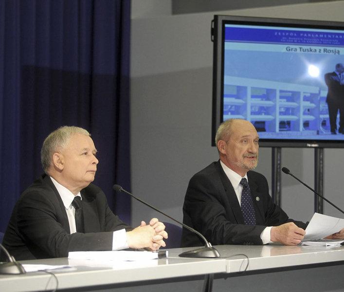 Антони Мачеревич и Ярослав Качиньский На пресс-конференции, посвященной отчету парламентской комиссии по расследованию смоленской катастрофы
