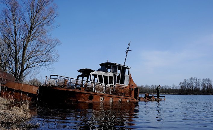 Заброшенное судно на реке Припять рядом с деревней Красноселье