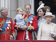 Принц Чарльз, принц Уильям, принц Джордж, королева Елизавета II, Кейт Миддлтон и принц Гарри на параде у Букингемского дворца в Лондоне