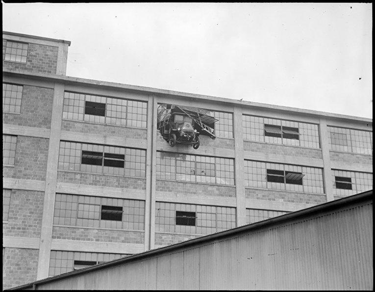 Грузовик пробил верхний этаж многоярусного гаража, Восточный  Кембридж, Бостон