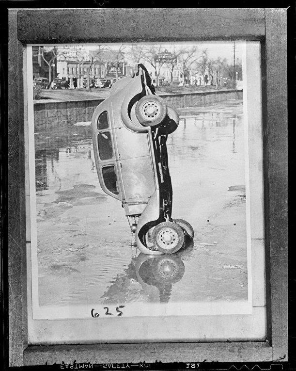 Поднятый из воды автомобиль