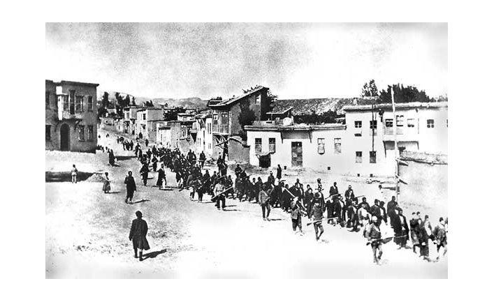Колонна армян движется под вооруженной охраной. Апрель 1915 года