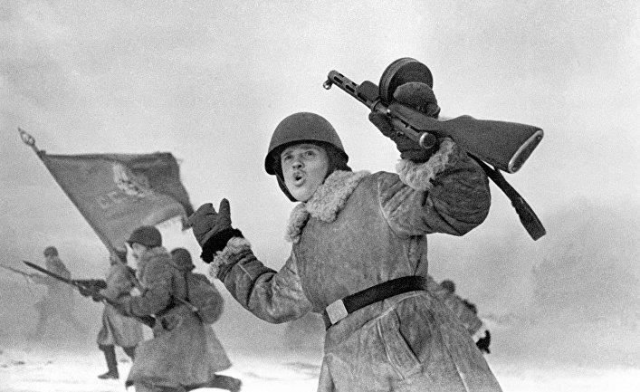 Бойцы Великой Отечественной войны идут в атаку