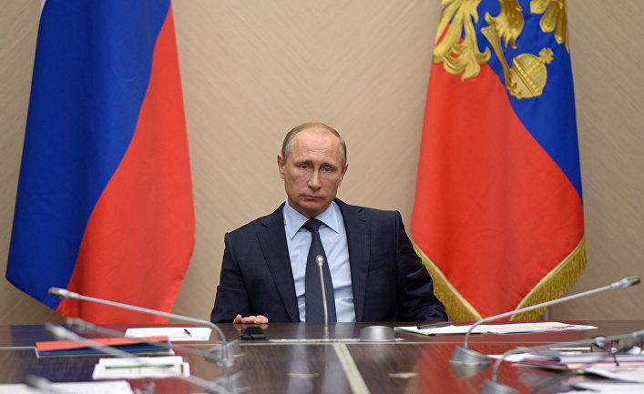 Президент России Владимир Путин во время совещания в резиденции Ново-Огарево