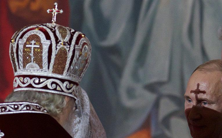 Патриарх Кирилл и Владимир Путин на пасхальной службе в храме Христа Спасителя в Москве
