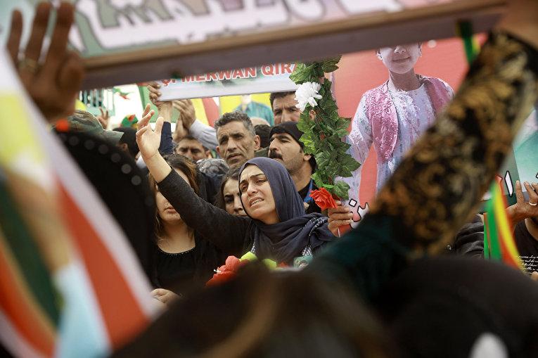 Сирийские курды во время похорон курдских боевиков мирных жителей