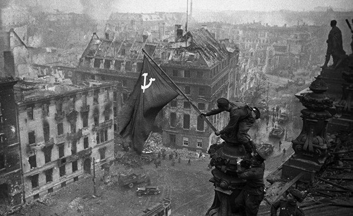 Знамя Победы на здании Рейхстага в Берлине, 1 мая 1945 года