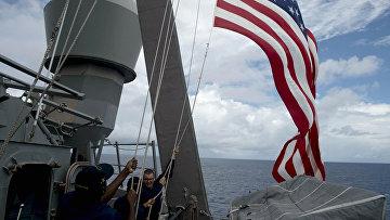 Американские матросы поднимают национальный флаг во время учений в Южно-Китайском море