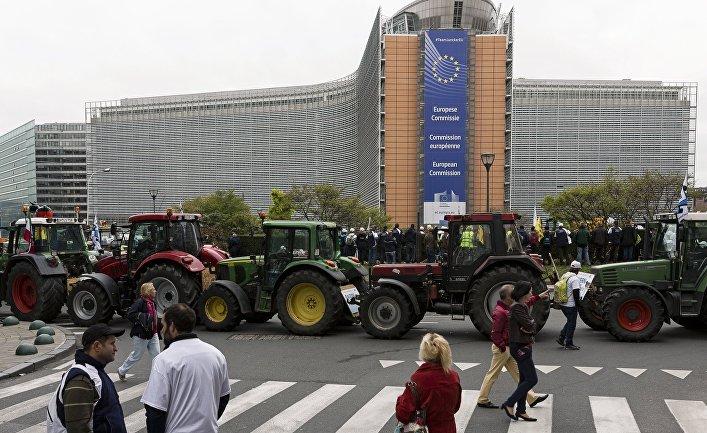 Участники акции протеста фермеров на площади перед зданием Совета ЕС в Брюсселе