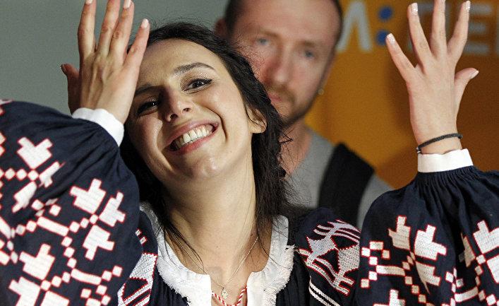 Певица Джамала, победительница конкурса «Евровидение-2016», в киевском аэропорту Борисполь после возвращения из Стокгольма