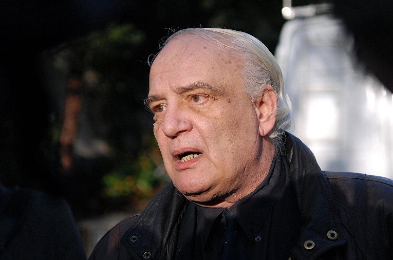 Русский эмигрант Владимир Буковский отвечает на вопросы журналистов в Лондоне
