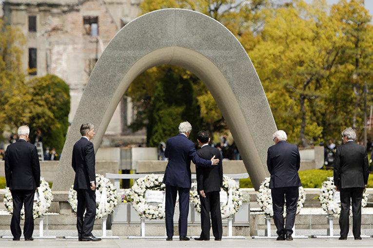 Госсекретарь США Джон Керри и глава МИД Японии в Парке мира в Хиросиме