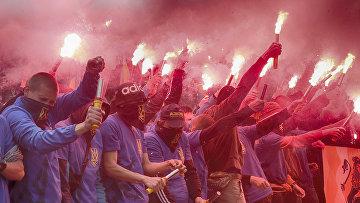 Бойцы «Азова» во время акции протеста против выборов на востоке Украины