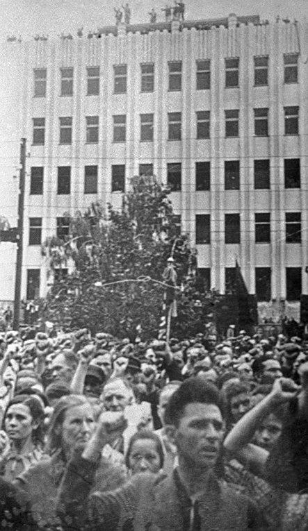 Жители Каунаса принимают участие в митинге, посвященном принятию Литвы в состав СССР.