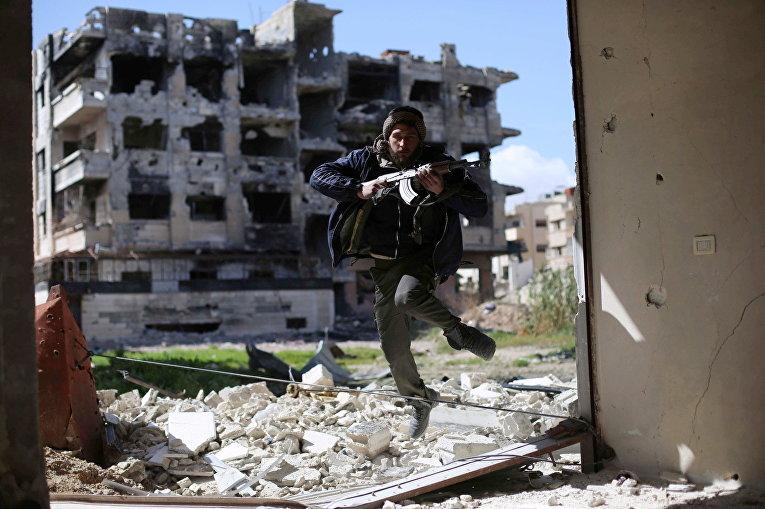 Боевик из группировки Джейш аль-Ислам («Армия ислама») в пригороде Дамаска