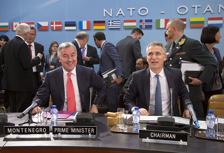 Премьер-министр Черногории Мило Джуканович и генсек НАТО Йенс Столтенберг во время церемонии подписания протокола о вступлении Черногории в НАТО