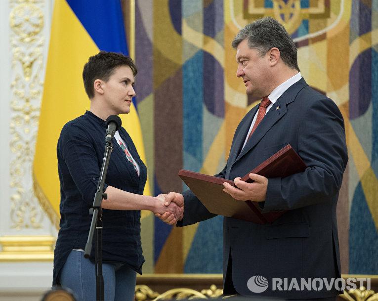 Президент Украины Петр Порошенко вручил Надежде Савченко орден «Золотой Звезды»