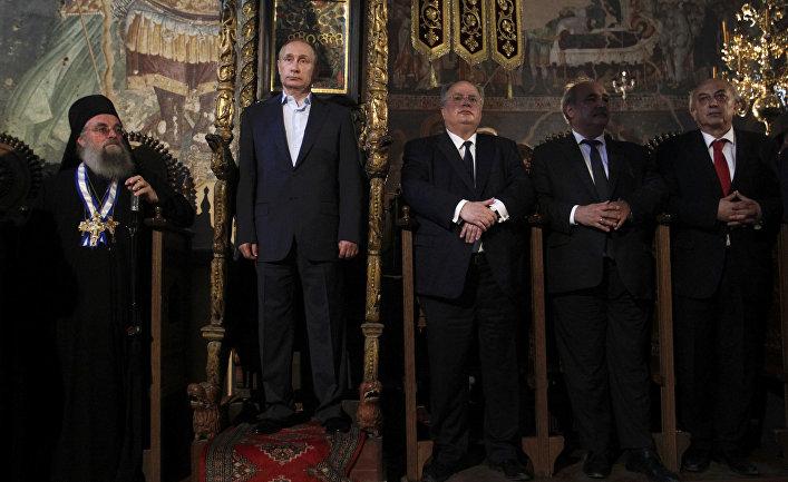 Президент России Владимир Путин и министр иностранных дел Греции Никос Котзиас во время посещения Храма Протата
